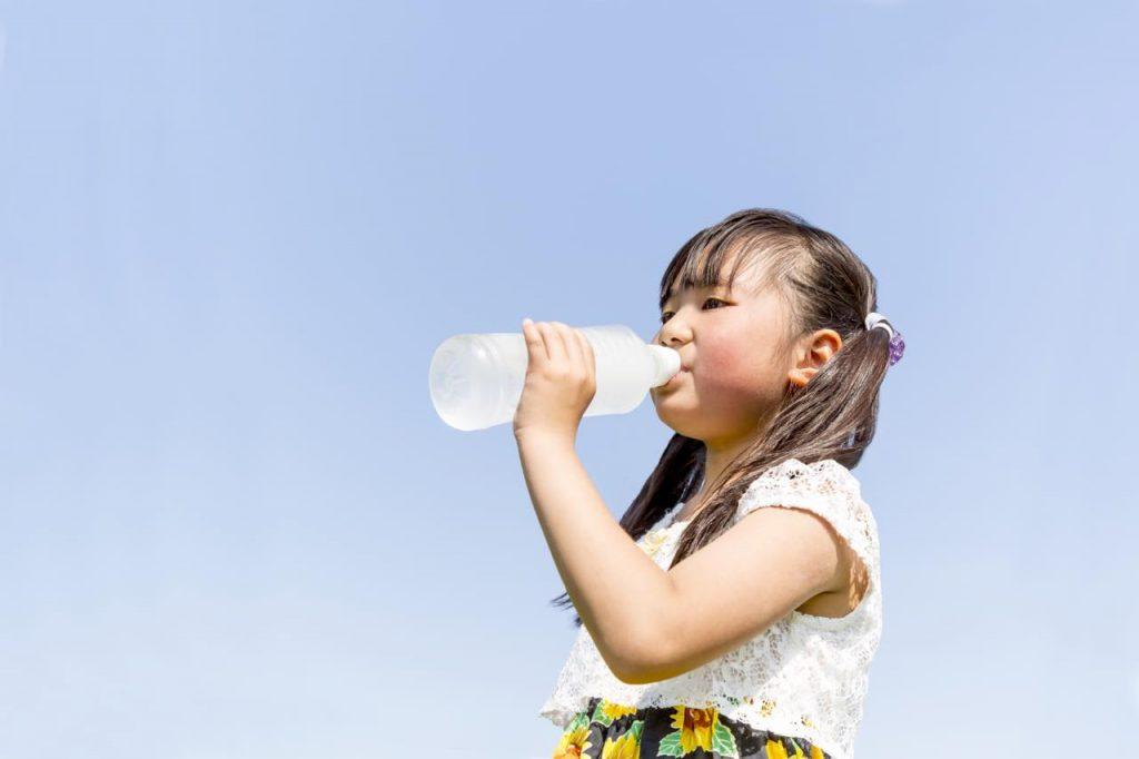 水分を取る少女